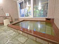 *【男湯】窓からは庭が見えます。天然温泉で旅の疲れをしっかりいやしてください。