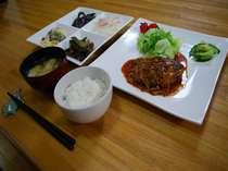 季節の野菜、山菜などを使った和洋中の料理をお出ししております。夕食時間は18時~20時。