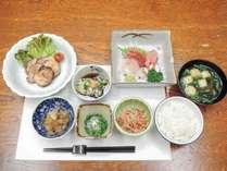 *[夕食/全体一例]地産地消の四季の味覚★当館主人が腕を振るう「和食膳」