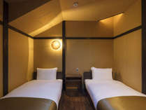 シンプルモダンで落ち着きのある寝室。清潔感があり、町家らしい洋室です。