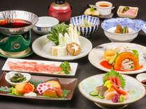 夕食一例:ボリューム感満点の夕食で一日の疲れも吹き飛びます