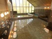 高く設計された天井が開放感を感じさせる大浴場。那須温泉は泉質もよく効能も抜群☆