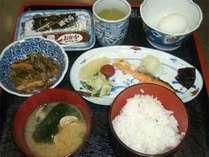 【朝食例】生卵 焼き魚等、日替わり和定食をどうぞ。食後のコーヒー付♪しっかり食べて元気にご出発☆