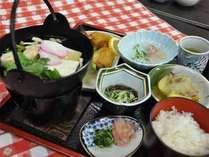 【夕食例】広島産こしひかりを使用した日替わり定食です。四季折々の暖かい家庭料理をお楽しみ下さい。