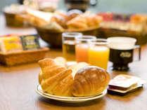 【無料朝食】様々な種類のパンと味付ゆで卵、コーヒー、紅茶、牛乳、ドリンクバーをご用意しております^^♪