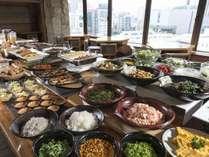創作和食料理「旅籠茶家かやかや」がご提供する、品数豊富な和洋朝食バイキングをお楽しみください