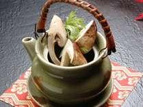 ■松茸の土瓶蒸し 全松茸プランの会席コースでお召し上がりいただけます