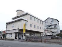 *JR人吉駅、人吉ICから車で5分。球磨川沿いに建つビジネスホテルです