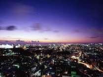 【首里の丘に位置】プレミアムフロアの窓からは、きらきらに光るロマンティックな那覇市内が一望出来ます♪