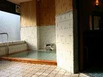 掛け流し良質の湯浴槽内源泉99%維持のため広いお風呂ではありません。