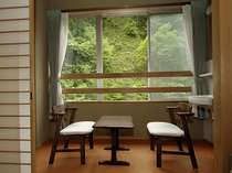癒しの窓辺。山から入る新鮮な空気をお部屋に取り込み、ゆっくりお過ごしを