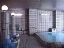 窓からは、四季折々の風景が望める浴室。
