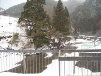 ホテル前の冬の雪景色