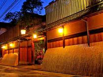 ■外観■清水五条駅から徒歩3分。鴨川沿いに佇む老舗旅館。夜は暖かい灯りがともります。