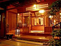 大正ロマン香る玄関。歴史を感じるレトロな雰囲気。
