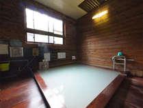 *男女別の内湯。24時間入浴可能(朝8時~9時の清掃時間を除く)。