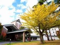 木々が色づきはじめる初秋のホテル