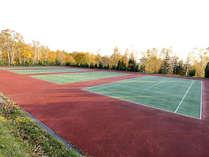【テニスコート】全天候型のテニスコートです。夏~秋のみご利用可能。(要予約