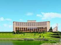 丘陵の街並みに建つ三田ホテルは緩やかなアールを描く美しいフォルムが印象的です。