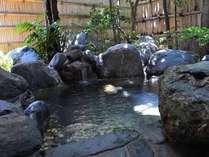 露天風呂(殿方用) こじんまりとしておりますが、露天風呂もございます。こちらは殿方用の岩風呂です。