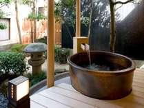 露天風呂付き客室一例 。こちらは1階にある露付き客室。プライベート性重視の方や記念日におすすめ