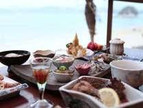 海を眺めながらの夕食。