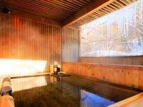 当館の貸切露天風呂です。湯煙ゆらめく最高の湯で、心まで温まって下さい。