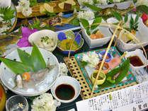 <ご夕食例>川魚など旬の食材を使った料理。春~夏は鮎をメインとしたお食事が並びます。