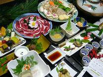 <ご夕食例>川魚など旬の食材を使った料理。秋~冬には猪をメインとしたお食事が並びます。