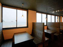 伊王島網元食堂☆窓から海が一望できる落ち着いた空間です