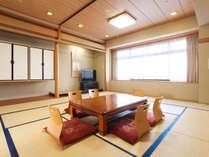 15畳のゆったりとした和室では、最大10名様までご宿泊いただけます。
