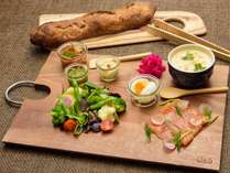 『BBQ ワンプレートブレックファスト』オープンサンド&スープ