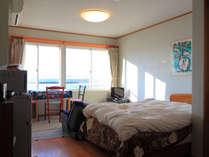 *【部屋一例】外の景色を眺めながらゆったりと過ごせる洋室です。