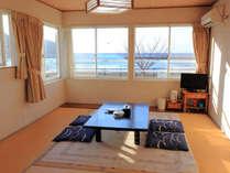 *【部屋一例】オーシャンビューのお部屋で波の音を聞きながらのんびりとお寛ぎください。