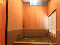 *【風呂一例】木の温もりに囲まれたホッと休まる浴室。