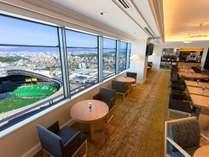 33階エグゼクティブラウンジ ★高さ120mから、博多湾と市街が一望できます。