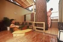 ■露天風呂付客室【こでまり/1階・陶器風呂】(イメージ・お部屋の確約は不可)/大きな松の木が特徴