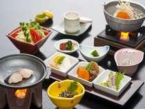 【朝食】燃料で温める味噌汁、山口県産こしひかり釜飯。※写真は一例。季節により内容はこ異なります。