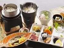 【朝食】燃料で温める味噌汁、料理長が厳選したコシヒカリ米を使用した御飯/※季節により内容はかわります