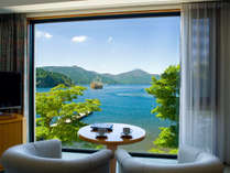 『レイクビューダブル』大きな一枚窓からは芦ノ湖が望め、箱根の自然をお楽しみいただけます。
