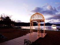 夜になると、柔らかな光が湖面を優しく照らします。
