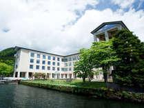 新緑に包まれる箱根ホテル。目の前には芦ノ湖が広がります。