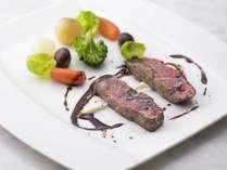 【ディナー】メイン「国産牛フィレ肉のポワレ ミニ野菜添え 赤ワインソース」