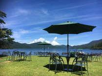 湖畔に面した庭園では、生ビールやコーヒーなど、テイクアウトのドリンクもご用意しております。