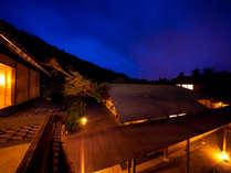 月燈庵は昼夜で見せる表情が異なります。