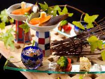 季節感を大切にした月燈庵の懐石料理。毎月替りで選び抜いた素材・食材を調理しております。