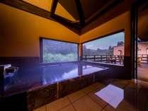 客室にはそれぞれ趣の異なる半露天風呂を完備。好きな時間に温泉をお愉しみいただけます。
