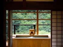 【聚楽第 露天風呂付(12+3)】客室露天風呂。自然を眺めながら名湯で湯浴みを。