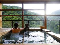 【客室露天風呂】山々に囲まれた絶景と名湯をお楽しみください