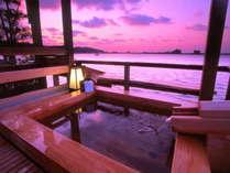 ★貸切露天風呂「風樹の湯」ひのき造りです。東郷湖の夕景を独り占めしてください。